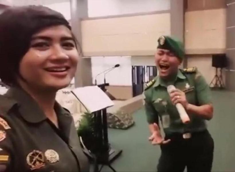 Wow, Duet Prajurit TNI Nyanyi dengan Suara Melengking