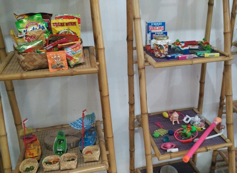 Menjual Nostalgia Lewat Jajanan dan Mainan Jadul