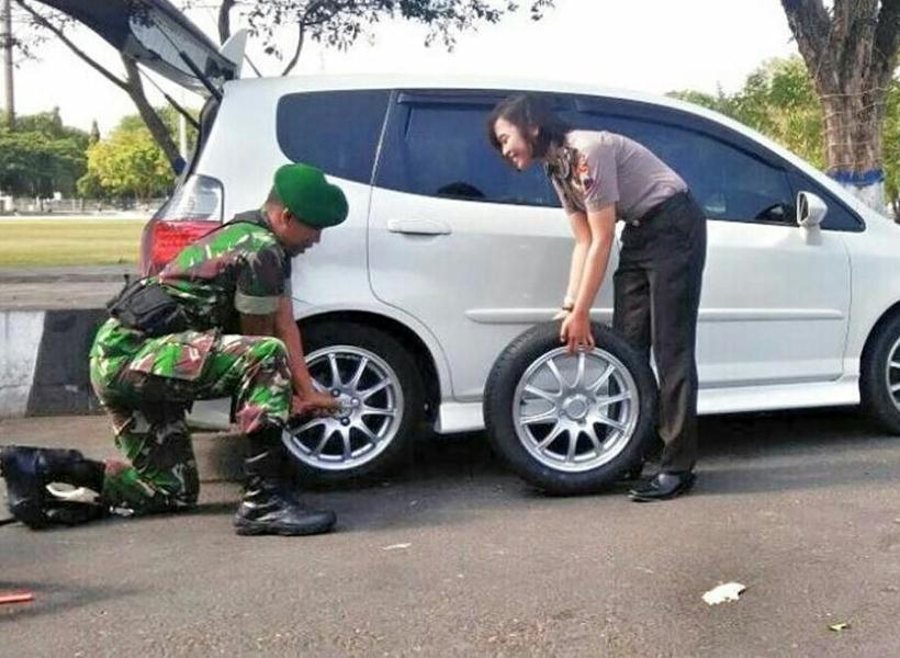 So Sweet, Prajurit TNI Bantu Polwan Ganti Ban Mobil