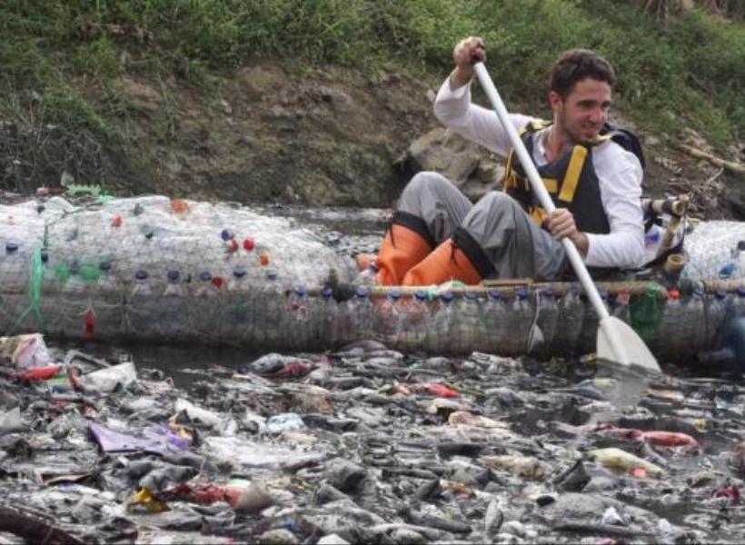 Dua Bule Bersihkan Sampah Sungai Citarum