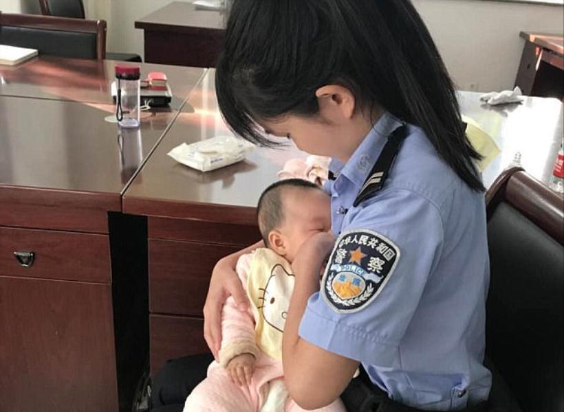 Aksi Polwan Susui Bayi yang Ibunya Jadi Terdakwa