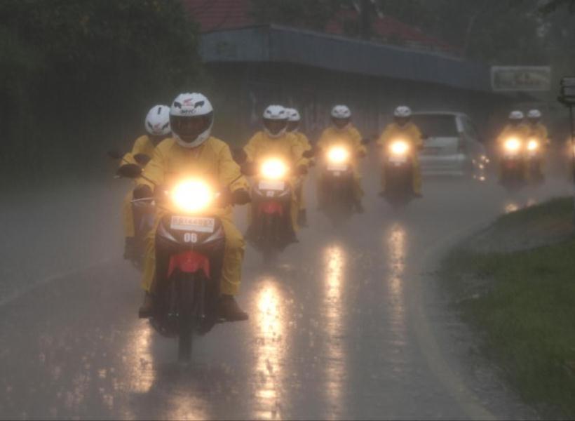 Banyak Bahayanya Bila Nekat Terobos Hujan Deras Saat Naik Motor