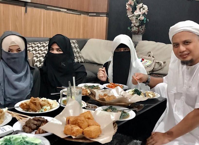 Ustad Arifin Ilham Pamerkan Ketiga Istrinya di Instagram