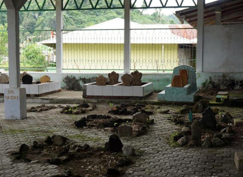 Batu Nisan Tumbuh dari Dalam Tanah