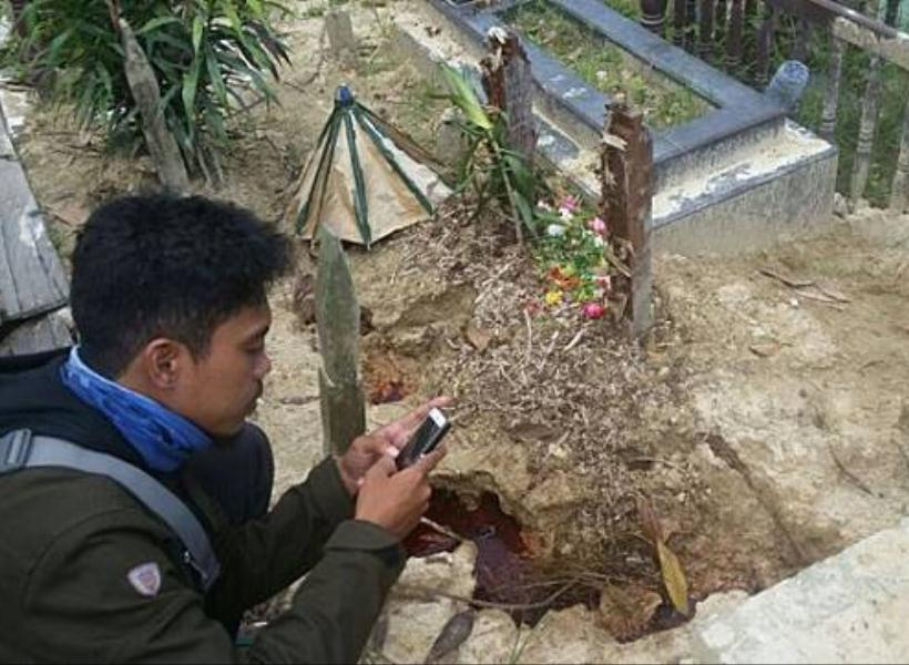 Cairan Mirip Darah Muncul dari Bawah Kubur