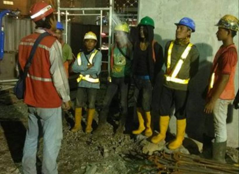 Pekerja Bermuka Pucat Ikut Briefing