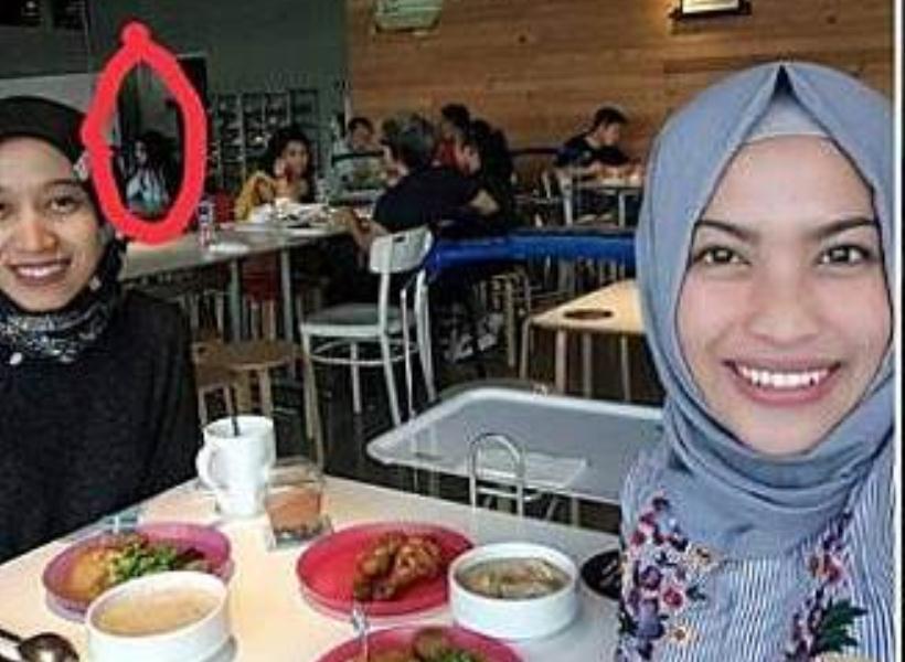 Siang Bolong Sosok Menyeramkan Ikut Selfie