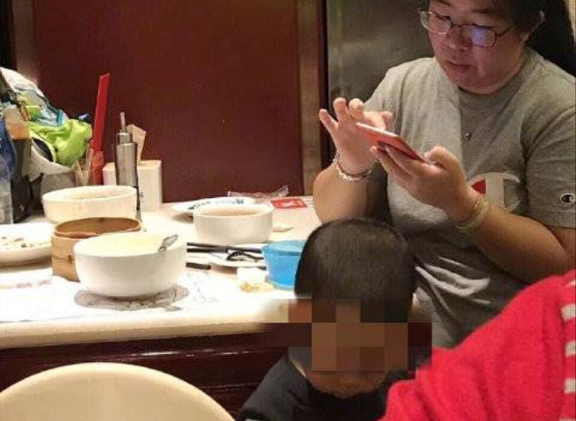 Menjijikan, Ibu Suruh Anaknya Pipis di Mangkok Restoran