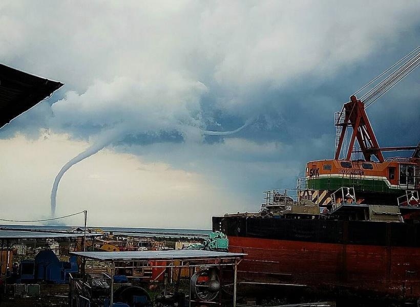 Dahsyatnya Penampakan Tornado di Laut Cirebon