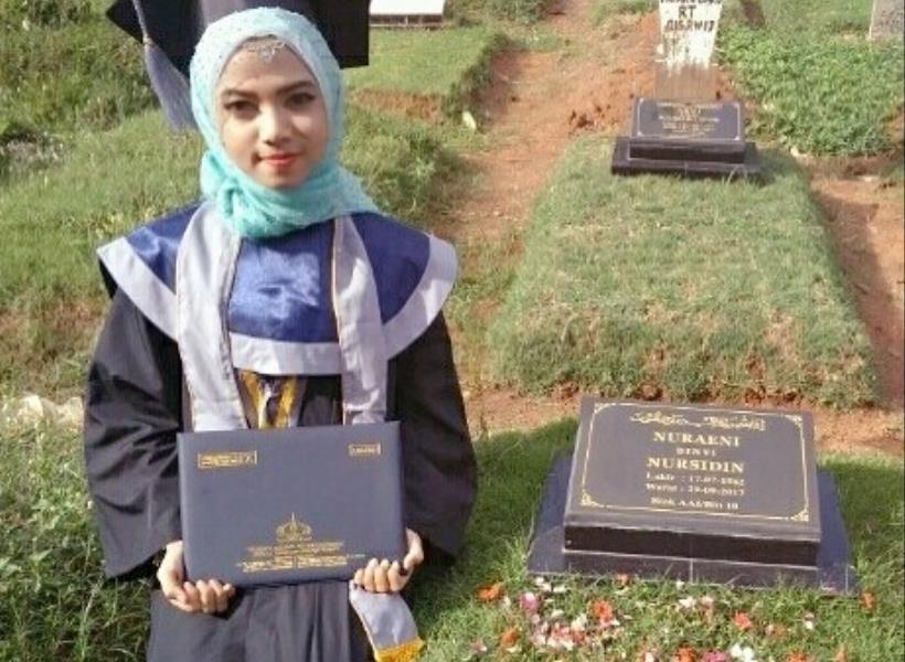 Mahasiswi Cantik Foto Wisuda di Makam Ibu