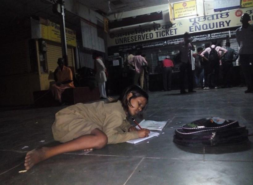 Gadis Kecil Ini Tiap Malam Belajar di Stasiun