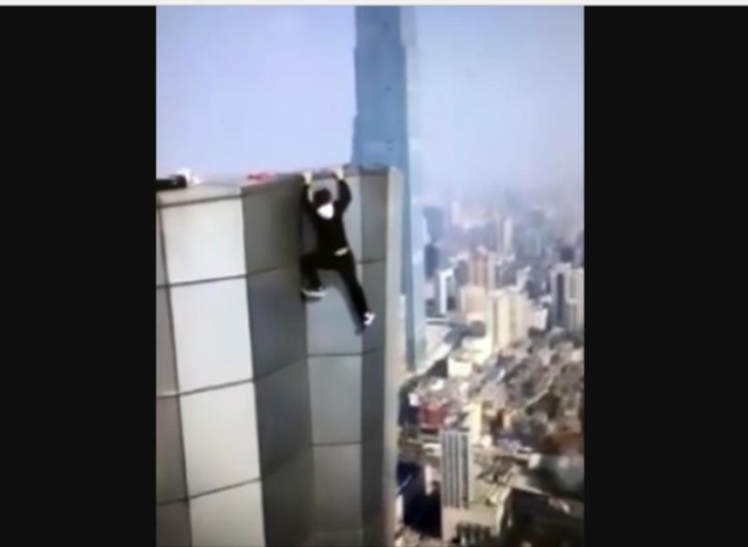 Video Penantang Maut Jatuh Dari Gedung 62 Lantai