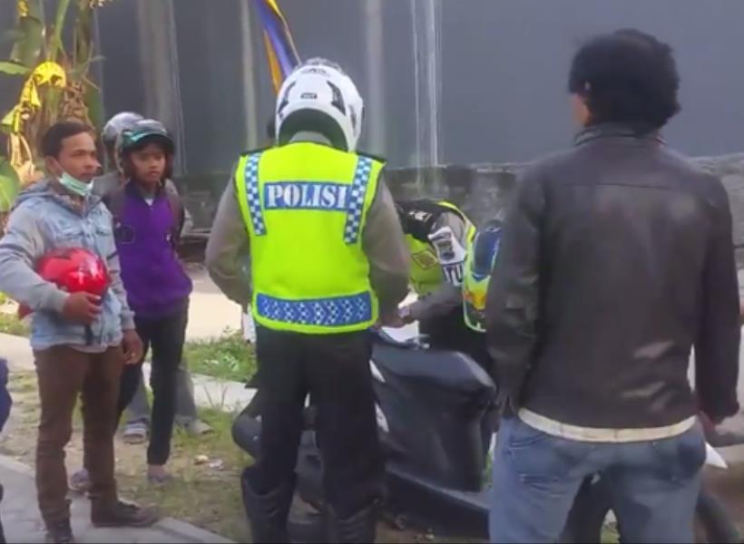 Polisi Diusir Warga Saat Razia di Jalanan Kampung