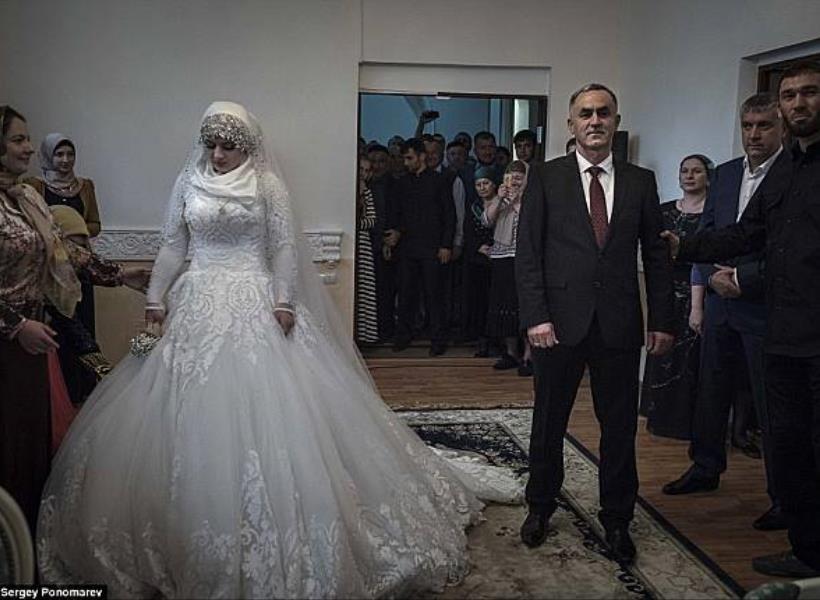 Remaja 17 Tahun Dipaksa Nikahi Pria 47 Tahun, Wajahnya Murung