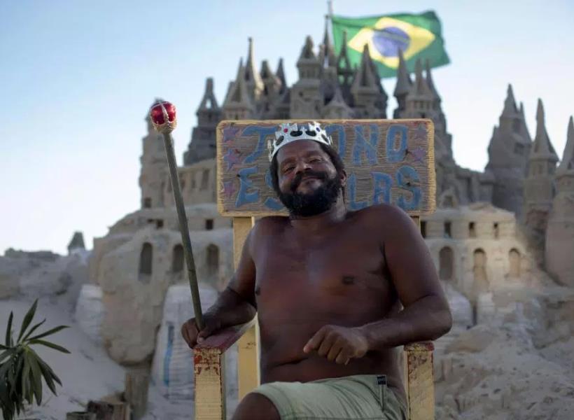 Pria yang Hidup di Istana Pasir Selama Dua Dekade