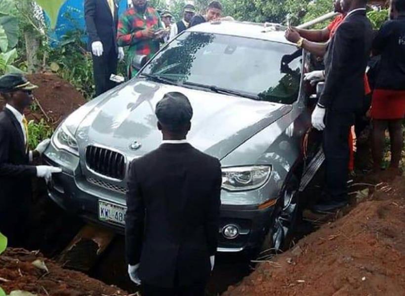 Mobil BMW Dijadikan Peti Mati