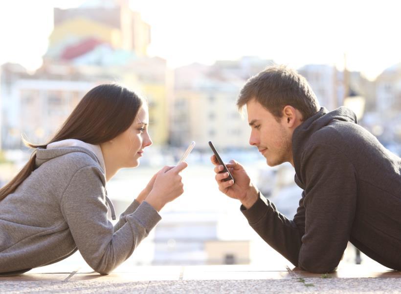 Daripada Main Ponsel Terus, Lakukan Ini Biar Tambah Mesra dengan Pasangan
