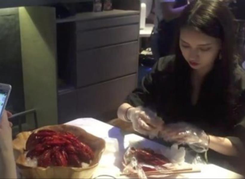 Profesi Pengupas Lobster di Restoran