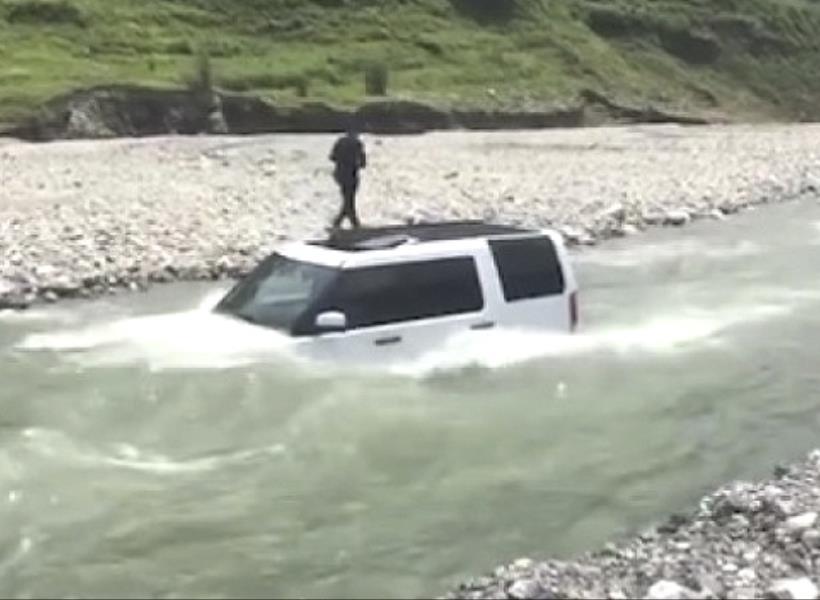 Niat Cuci Mobil di Sungai Biar Gratis, eh Malah Tenggelam