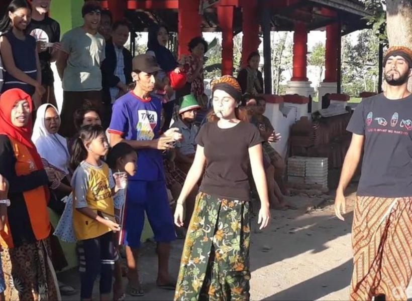 Turis Rebutan Hadiah Kalung Sapi di Lomba HUT RI