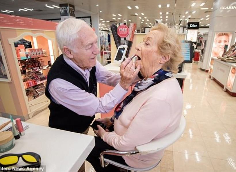 So Sweet, Kakek 84 Tahun Sepenuh Hati Belajar Dandani Istrinya