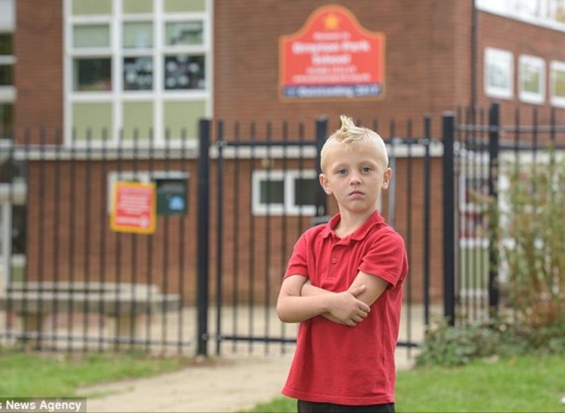 Dianggap Berbahaya, Gaya Rambut Bocah Ini Dilarang Sekolah