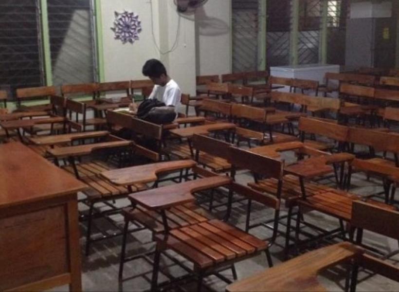 Rumah Tak Ada Listrik, Siswa Kerjakan PR di Sekolah Hingga Larut Malam