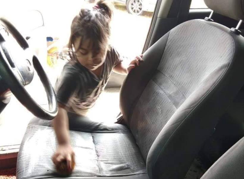 Disuruh Bersihkan Tumpahan, Bocah Ini Malah Cuci Bagian Dalam Mobil