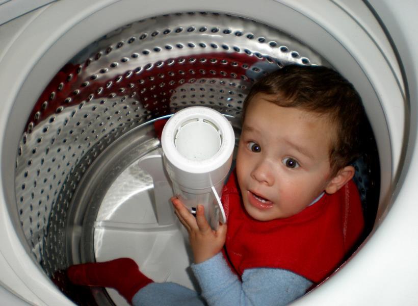 Bercanda dengan Paman, Bocah Nyaris Tewas Kejebak Mesin Cuci