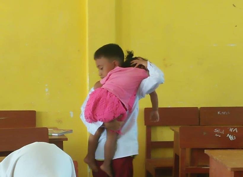 Bocah SD Gendong dan Rawat Adiknya di Kelas