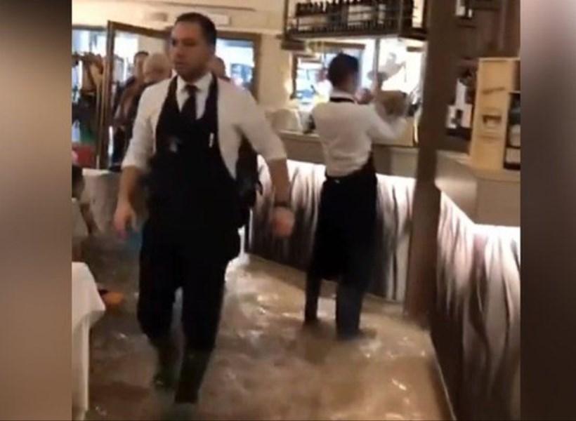 Kotanya Dilanda Banjir Hebat, Restoran Ini Tetap Buka
