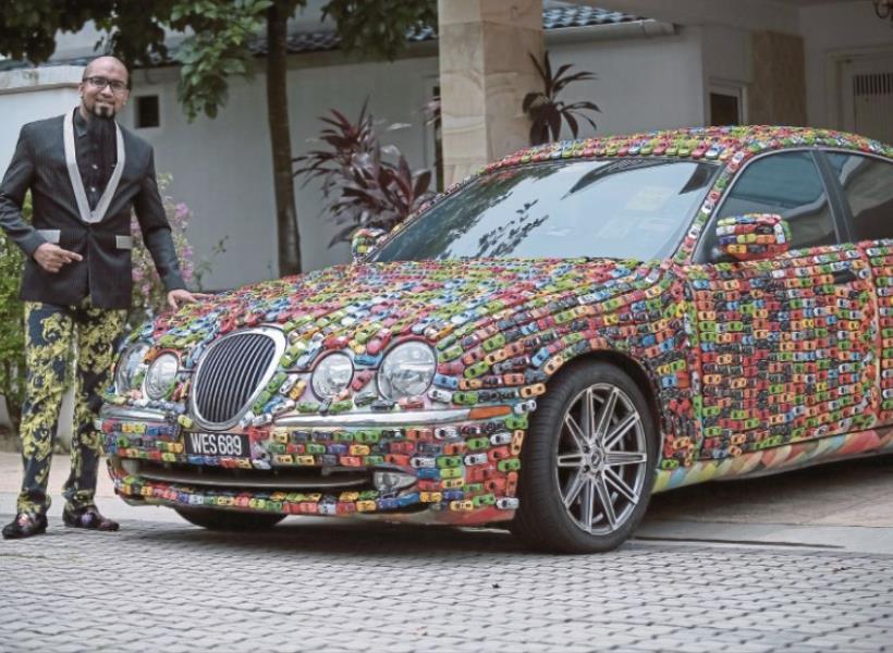 Mobil Mewahnya Ditempeli Ribuan Mobil Mainan